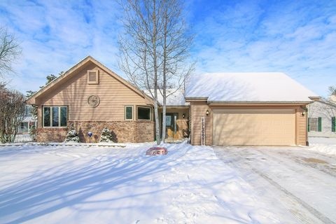 Photo of 651 Louise Dr, Hinckley, IL 60520