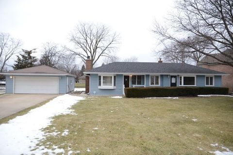 Photo of 2310 N Pine Ave, Arlington Heights, IL 60004
