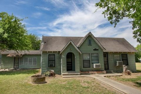 Photo of 1112 Lamar St, George West, TX 78022