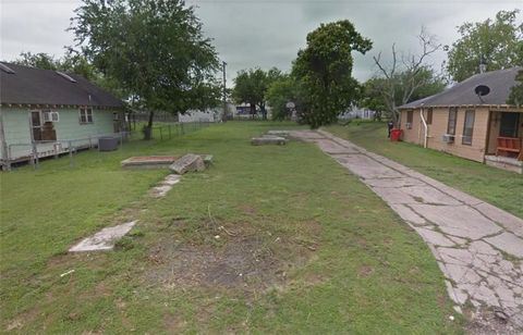 Photo of 210 E Avenue B, Robstown, TX 78380