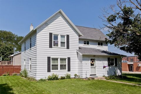 Photo of 203 Roosevelt St, Alburnett, IA 52202
