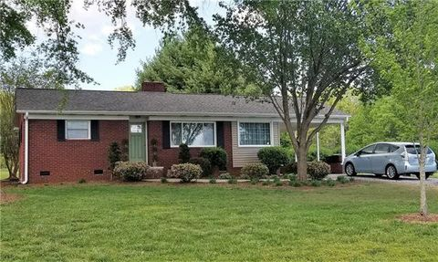 Photo of 7940 Mountain Shore Dr, Sherrills Ford, NC 28673