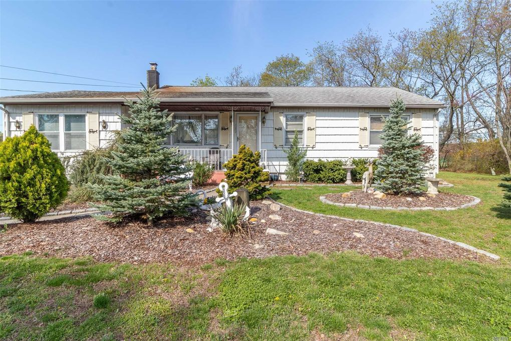1883 N Strongs Rd, Copiague, NY 11726