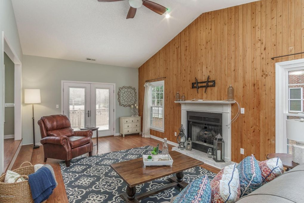 105 Oak Dr, Morehead City, NC 28557
