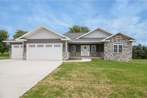 Photo of 806 Springview Dr, Pleasantville, IA 50225