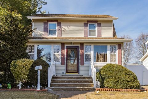 Photo of 108 Chapman Ave, Bellmore, NY 11710