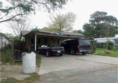 413 W Oak St, Highlands, TX 77562