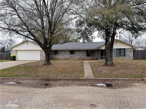 Photo of 209 Man O War St, Groesbeck, TX 76642