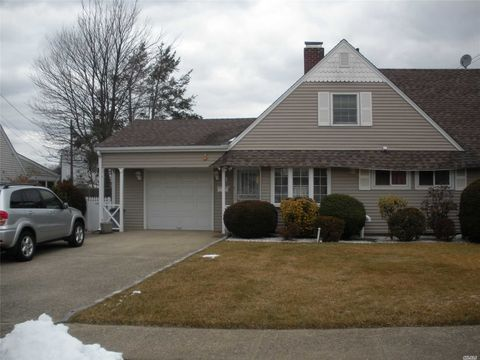 Photo of 3 Condor Rd, Levittown, NY 11756