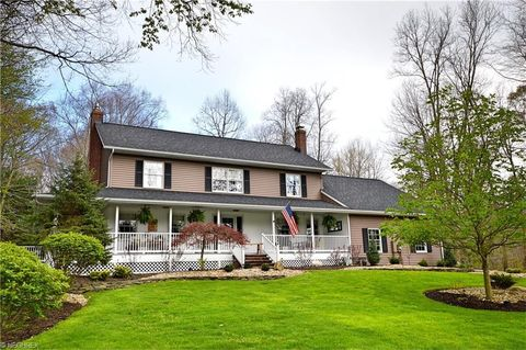 18935 White Oak Dr, Chagrin Falls, OH 44023
