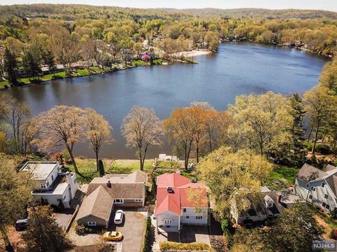 Photo of 125 Lakeshore Dr, Oakland, NJ 07436