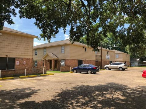 Photo of 211 N Bates St, Alvin, TX 77511