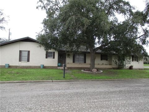 Photo of 1111 Ross St, George West, TX 78022