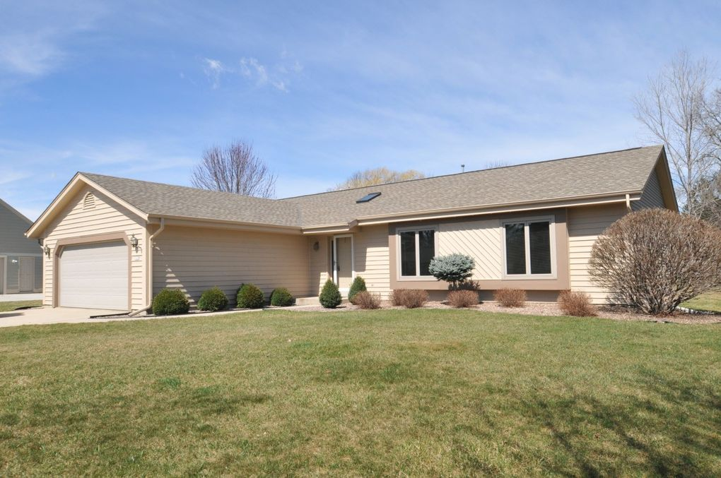 14320 W Fieldpointe Dr, New Berlin, WI 53151
