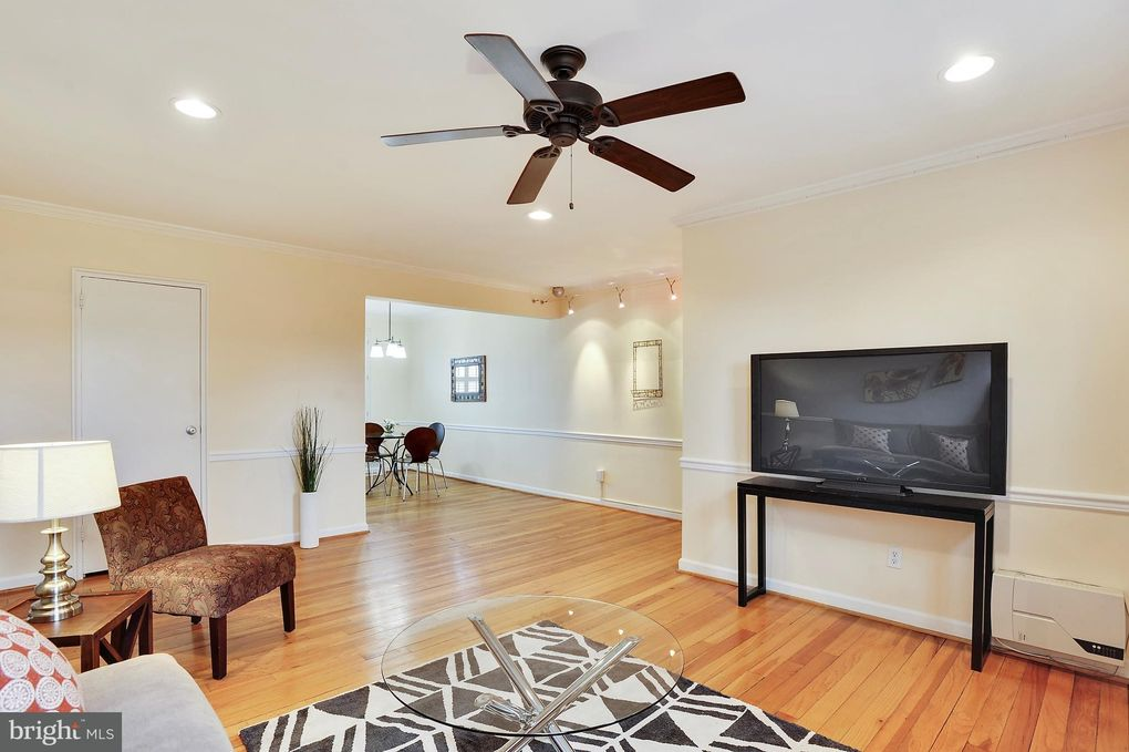 4820 Chevy Chase Dr Apt 301, Chevy Chase, MD 20815