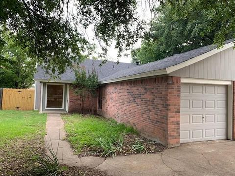 Photo of 334 Spring Branch Ln, Kennedale, TX 76060