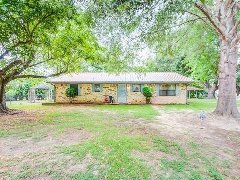 200 County Road 4674, Etoile, TX 75944