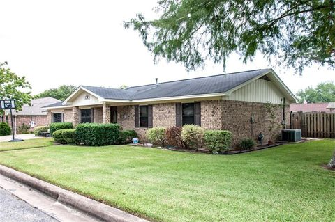 114 Ridgecrest St, Hallettsville, TX 77964