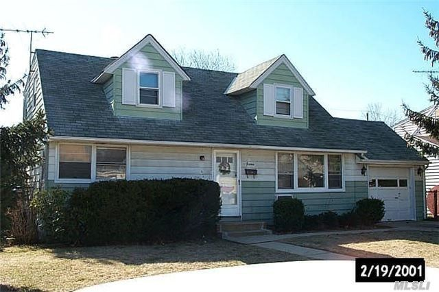 15 Hunter St, Hicksville, NY 11801