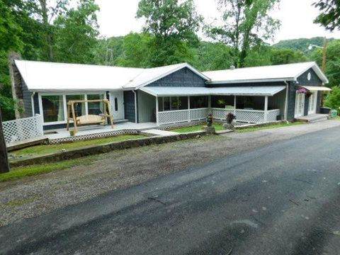 Photo of 136 Upper Oak Grove Rd, Oceana, WV 24870