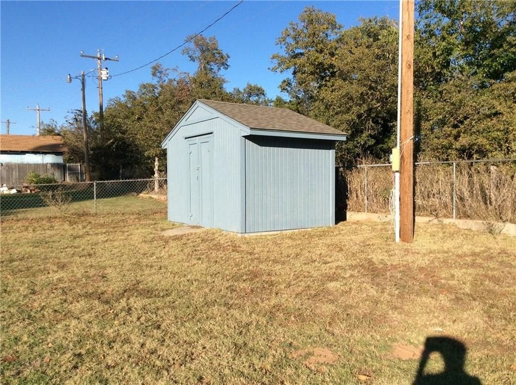 fort cobb - entire home/apt for $125 lake house just 3 blocks from fly inn #2 boat ramp located in a really peaceful neighborhood with covered back patio and.
