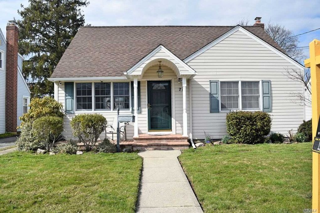 70 Virginia Ave, Plainview, NY 11803