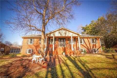 Photo of 414 Longmeadow Dr, Clemmons, NC 27012