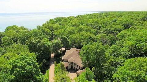 697 Bluff Rd, Lake Bluff, IL 60044