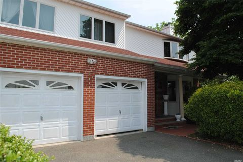 Photo of 6 Gem Ct, Hicksville, NY 11801