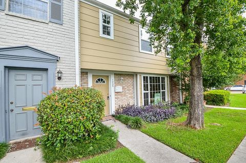 1225 Country Place Dr, Houston, TX 77079