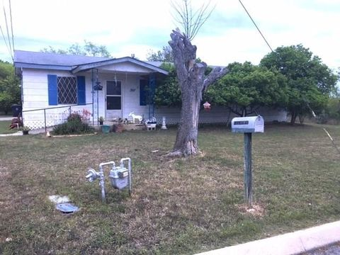 Photo of 207 S 18th St, Carrizo Springs, TX 78834