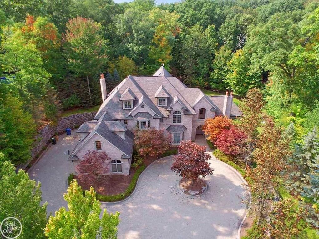 1553 Scenic Hollow Dr, Rochester Hills, MI 48306