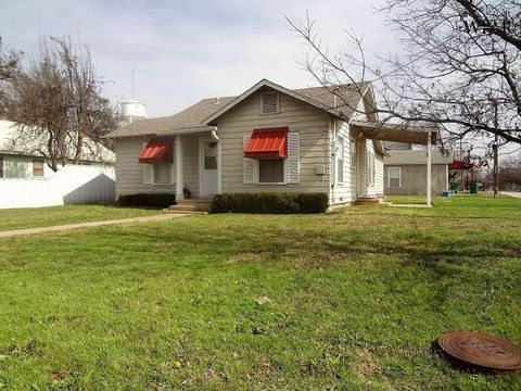Photo of 502 N Main St, Henrietta, TX 76365