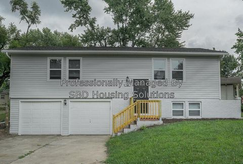 Photo of 1012 E Langsford Rd, Lees Summit, MO 64063