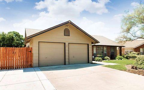 399 Palm Cir, Hanford, CA 93230