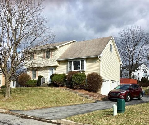 608 Red Fox Ln, Forks Township, PA 18040