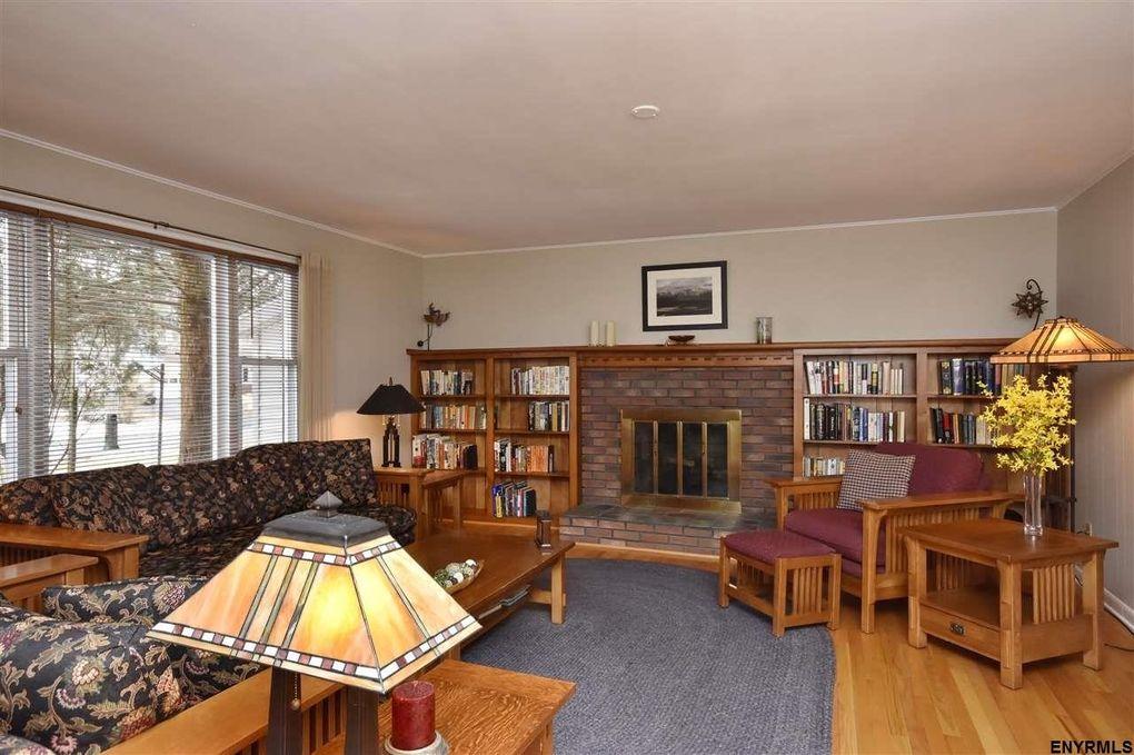 10 Inverness Ln, Clifton Park, NY 12065