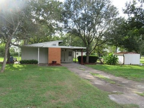 1609 Michael St, El Campo, TX 77437
