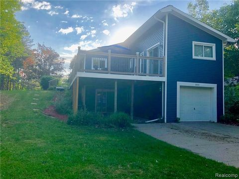 Photo of 850 Hemingway Rd, Orion Township, MI 48362