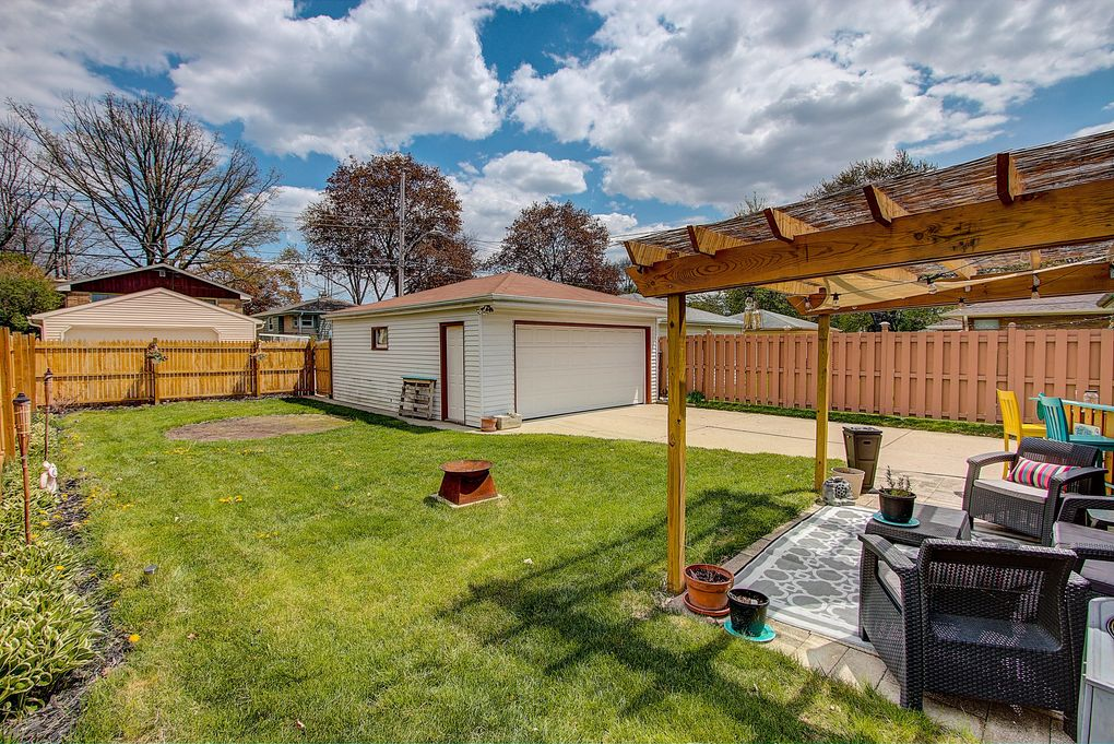 4120 N 97th St, Wauwatosa, WI 53222