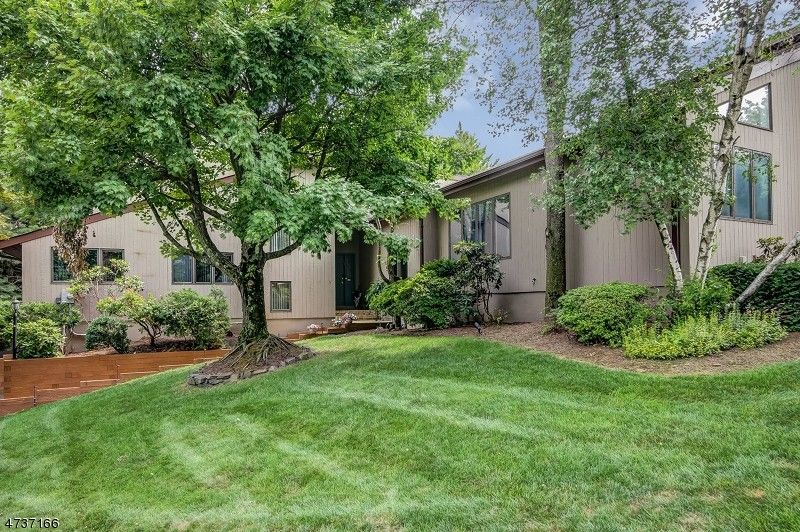5 Stonegate Dr, Watchung, NJ 07069