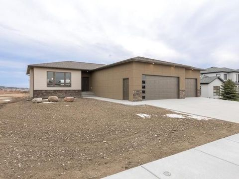 1621 Prairie Hawk Dr, Bismarck, ND 58503