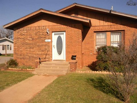 Photo of 611 S Main St, Electra, TX 76360