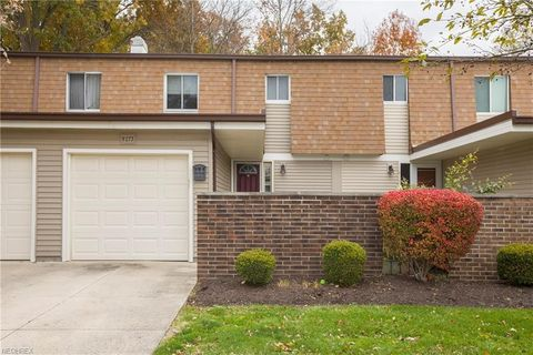 9273 Sussex Dr, Olmsted Falls, OH 44138