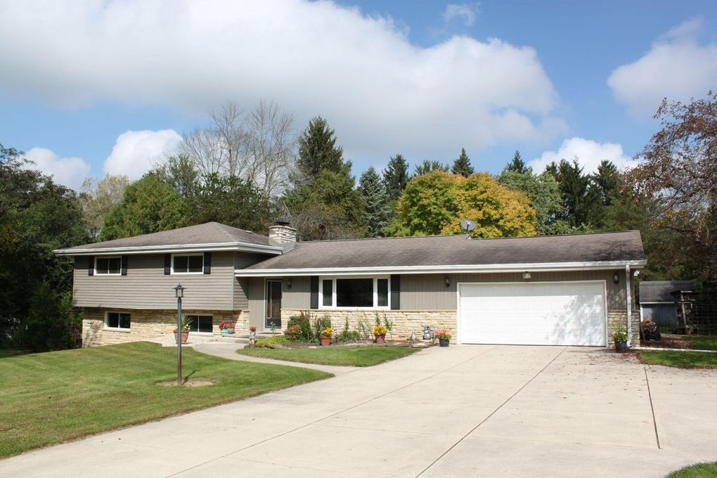 8414 W Holly Rd, Mequon, WI 53097