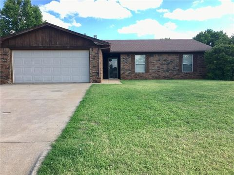 Photo of 2524 Manor Way, Clinton, OK 73601