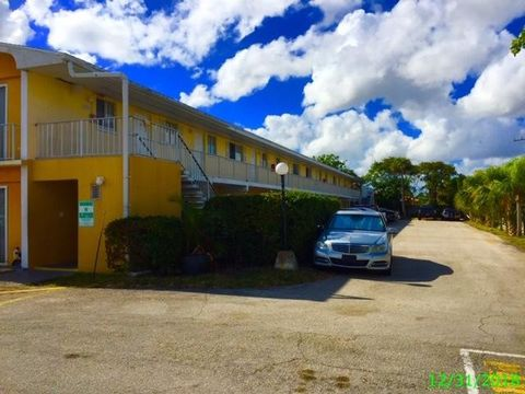Photo of 1501 Crescent Cir Apt E45, Lake Park, FL 33403