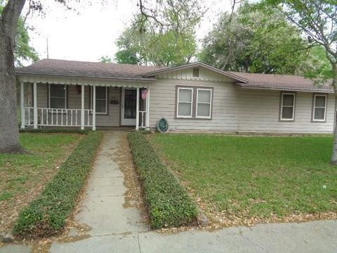 Photo of 1001 Lincoln St, Alice, TX 78332