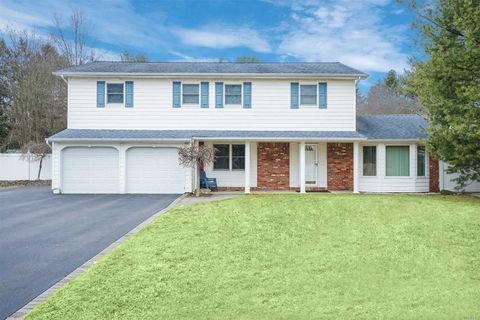 Photo of 73 Wintercress Ln, East Northport, NY 11731