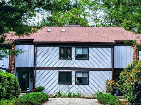 15 Hearthstone Dr, Brookfield, CT 06804